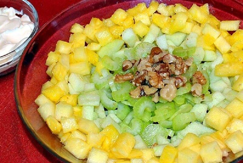 Салат из яблок, ананаса и сельдерея