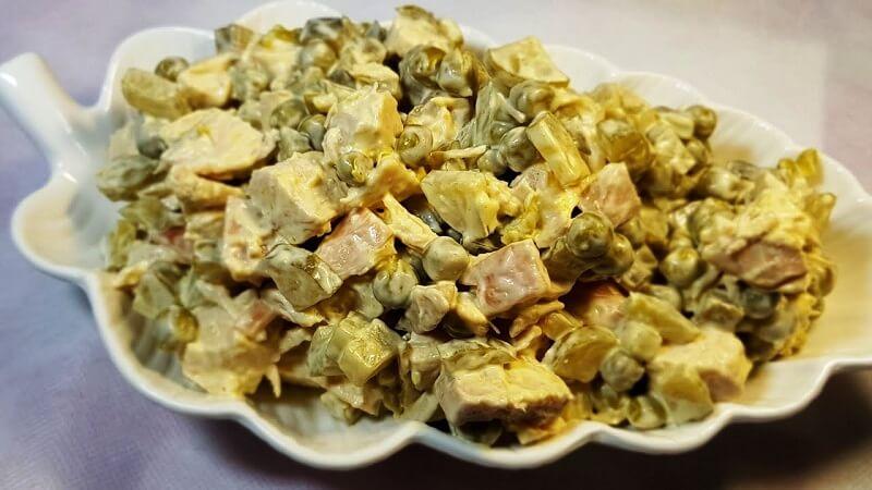 Салат из куриного мяса и горошка