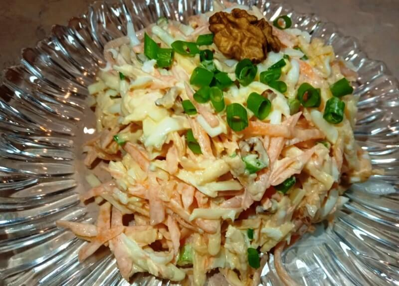 Салат из моркови  и яблок с  необычным вкусом