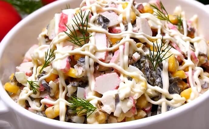 Салат «Лагуна» из морской капусты с крабовыми палочками и кукурузой
