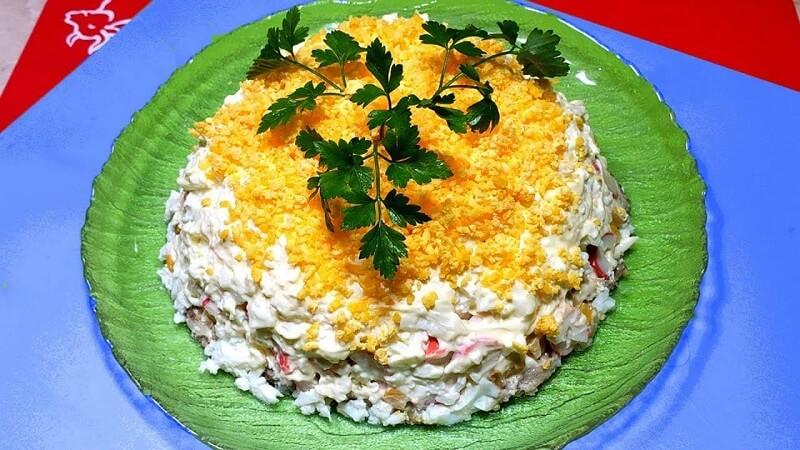 Салат с консервированной рыбой и плавленым сырком