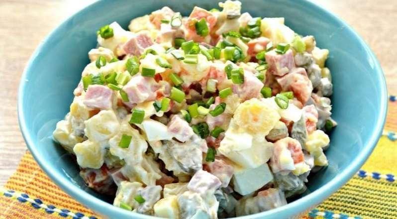 Салат с маринованными огурцами, яйцами и ветчиной