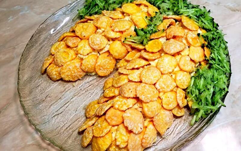 Салат в виде шишек с кукурузными хлопьями