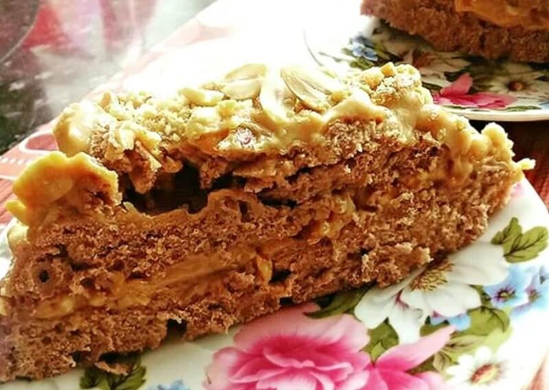 Бисквитный торт с кремом из вареной сгущенки и жаренного арахиса