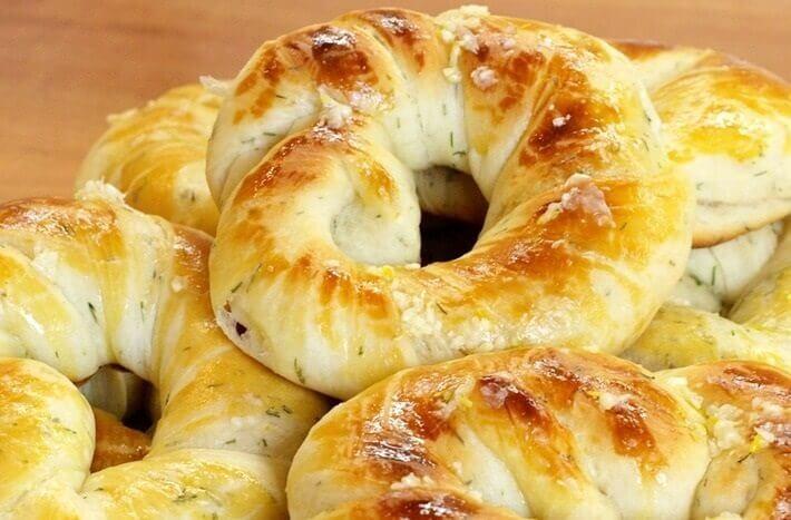 Сдобные соленые булочки-кольца с укропом