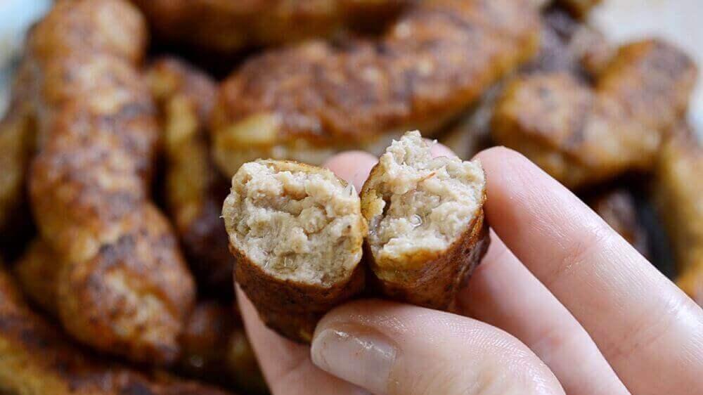 Сербские жареные колбаски Чевапчичи на сковороде