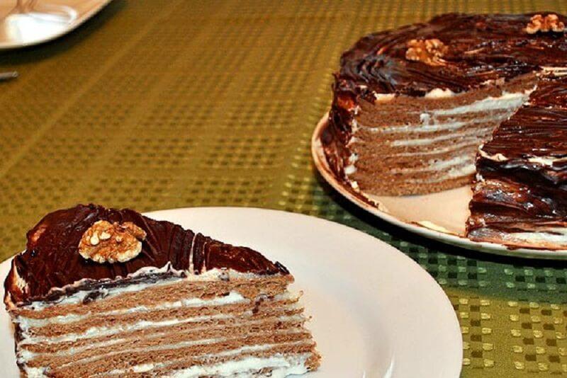 Шоколадно-медовый торт с орехами