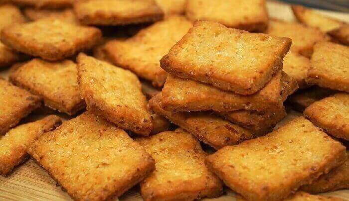 Солёные крекеры с травами и луком