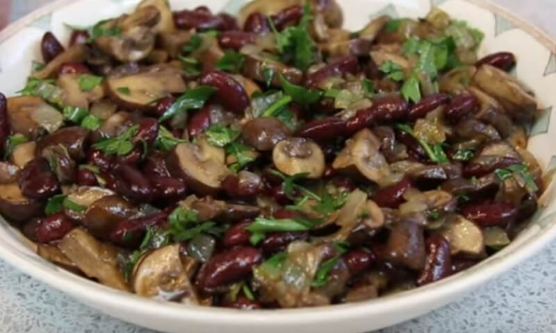 Сытный салат с фасолью и грибами для постного меню