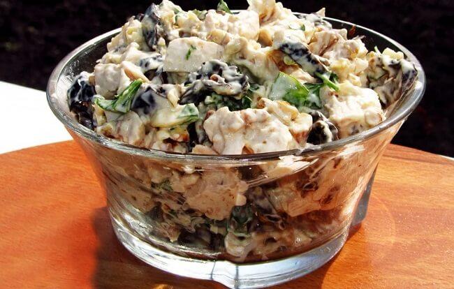 Сытный салат с шампиньонами и черносливом