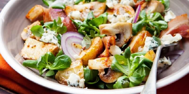 Теплый салат с картофелем и грибами