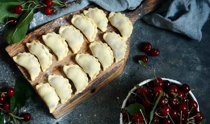 Традиционный украинский десерт - вареники с вишней