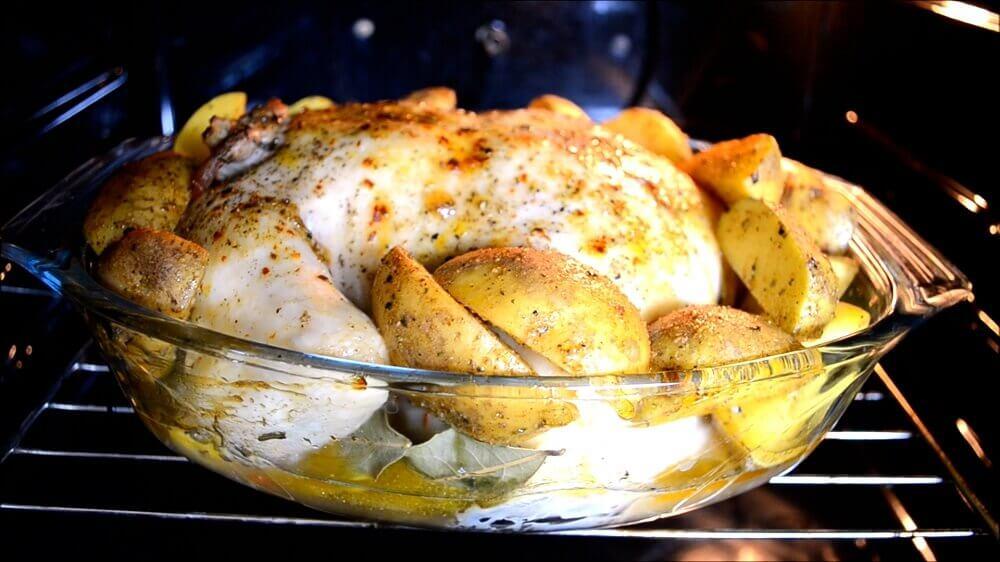 Вкусная запеченная курица с картошкой в духовке