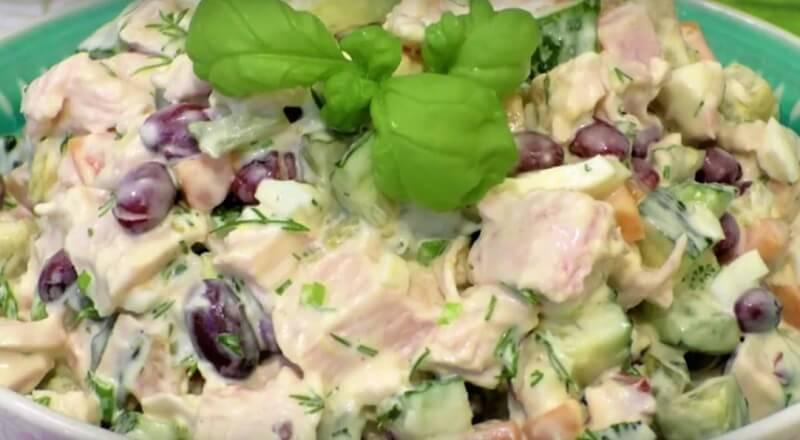 Вкуснейший салат из фасоли, огурцов и куриной грудки