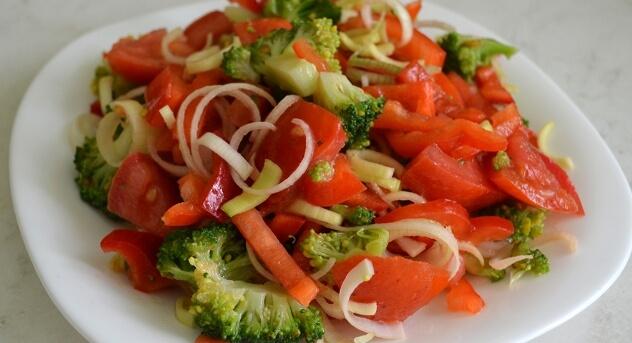 Вкусный и полезный овощной салат из брокколи и болгарского перца