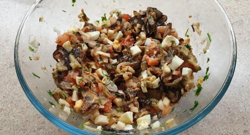 Вкусный теплый салат с баклажанами и помидорами