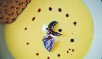 Ароматный сырный суп с моцареллой и бальзамическим уксусом