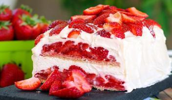 Быстрый и простой торт с клубникой без выпечки