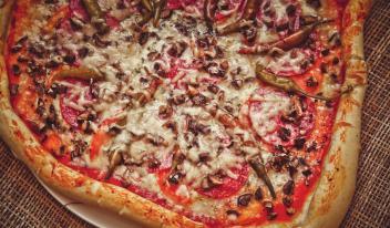 Быстрый рецепт: домашняя пицца с колбасой и грибами за 15 минут!