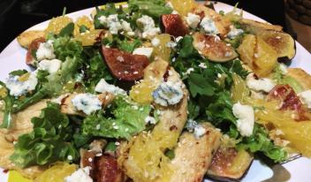 Быстрый салат с курицей, инжиром и апельсином