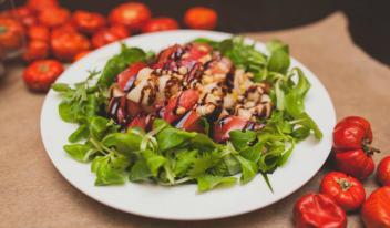 Быстрый салат с помидорами, грушей и заправкой крем-бальзамик