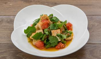 Быстрый тайский салат с курицей и грейпфрутом