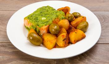 Форель с базиликом, картофелем и оливками