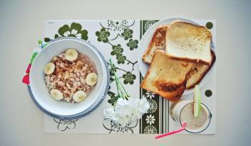 Французский завтрак: рисовая каша, банановые тосты и смузи