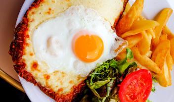 Французский завтрак за 15 минут: «крок-мадам» и «крок-месье»