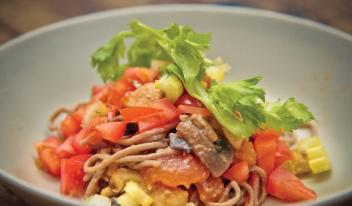 Гречневая лапша с курицей и овощами стир-фрай