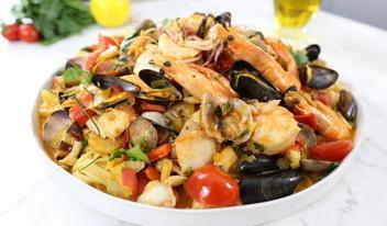 Итальянские спагетти (паста) со свежими овощами и морепродуктами