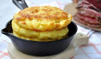 Как приготовить пышные кукурузные лепешки с сыром