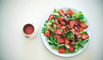 Классический салат из клубники с заправкой