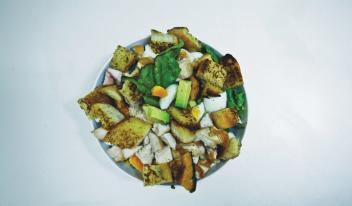 Легкий салат из авокадо и чесночных гренок