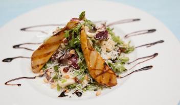 Лёгкий салат с рукколой, карамельной грушей и сырами