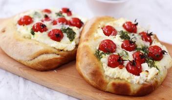 Тарты с сыром рикотта, помидорами черри и соусом Сальса Верде