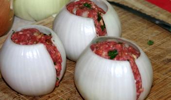 Необычный рецепт: луковые мячики с мясом в духовке