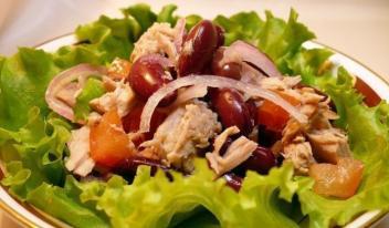 Необычный салат с тунцом и фасолью