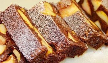 Необычный шоколадный манник с яблоками - пошаговый рецепт