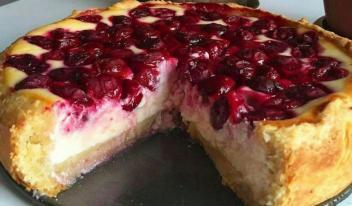 Нежный пирог с ягодами и творожным кремом