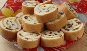 Оригинальный вкусный рулет с изюмом и яблоками: пошаговый рецепт