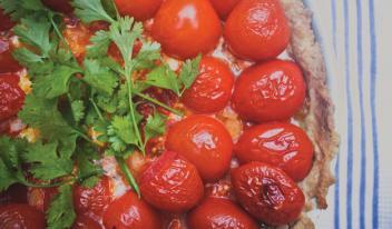 Открытый домашний пирог с козьим сыром и помидорами черри