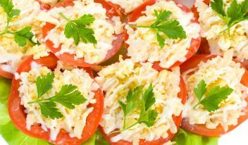 Помидоры и огурцы, фаршированные крабовым салатом