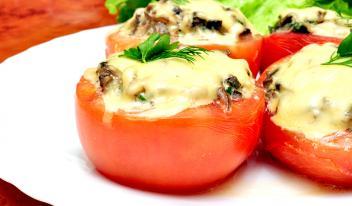 Помидоры, запечённые с мясом, баклажанами и сыром