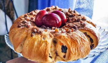 Порционный пирог-венок с разноцветными цукатами и сухофруктами