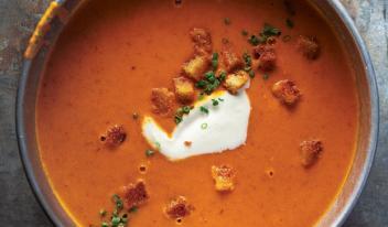Пошаговый рецепт приготовления ароматного томатного супа с хрустящим беконом