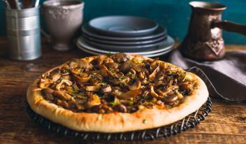 Постный открытый пирог с грибами и луком