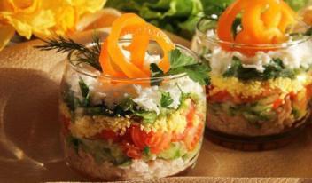 Праздничный слоеный салат с овощами и курицей