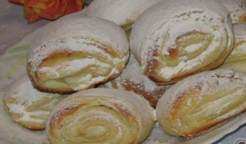 Простой и быстрый рецепт: оригинальное печенье на сметане с творожной начинкой
