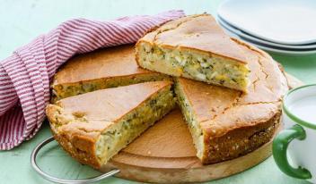 Простой и быстрый заливной пирог на кефире, с яйцом и капустой